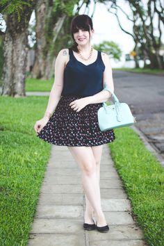 Look romântico com saia floral bolsa verde menta e regata e sapatilha preta