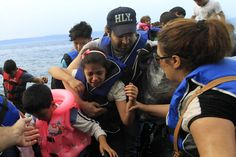 Varios refugiados sirios llegan en una lancha a la costa de Mitilene, en la isla de Lesbos, Grecia.