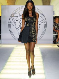 Versace SpringSummer 2012 Latest Fashion Show! This season, the Versace Siren arrives in the city bringing with her a new beat. House Of Versace, Versace Home, Versace Fashion, Versace Dress, Atelier Versace, Vestidos Versace, Fashion Brands, High Fashion, Simply Fashion