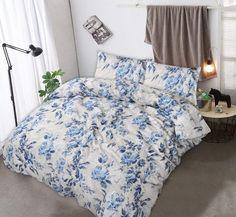 Dit mooie klassieke dekbedovertrek heeft een witte achtergrond met een mooie delfts blauwe bloemenprint. Dit tijdloze model raakt nooit uit de mode! Delft, Comforters, Blanket, Model, Creature Comforts, Quilts, Scale Model, Blankets