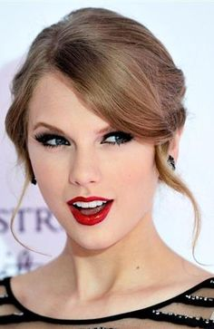 I don't understand a word (except 'Taylor Swift'), but she looks beautiful, so who cares? Estilo Taylor Swift, Taylor Swift Moda, Taylor Swift Style, Taylor Alison Swift, Taylor Swift Makeup, Taylor Taylor, Live Taylor, Swift 3, Chanel Rouge