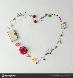 Elrendezése virágok-szív alakú formájában — Stock Kép #138789986