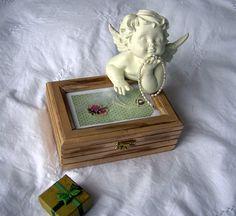 Boîte à bijoux en bois léger peinte par Syell sur Etsy