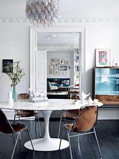 LOVE this marble tulip table, white marble, dining room, mid century modern… Saarinen Tisch, Mesa Saarinen, Saarinen Table, Danish Apartment, Scandinavian Apartment, Scandinavian Interiors, Home Interiors, Scandinavian Kitchen, Scandinavian Design