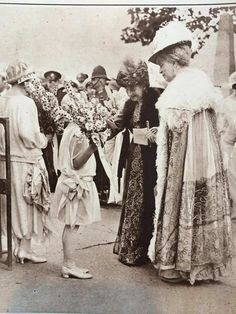 1922 : Princesses Sophie and Theodora of Greece greet Queen Alexandra and Queen Mary at Lord Louis Mountbatten's wedding Queen Mary, Queen Elizabeth Ii, Young Prince Philip, Important People In History, Greek Royalty, Greek Royal Family, Alexandra Of Denmark, King Edward Vii, Princess Alexandra
