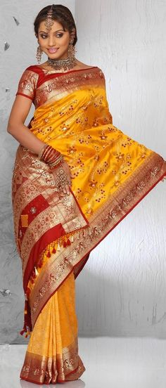 Red, yellow and gold intricately decorated sari with stunning gold jewelry for an Indian maharani. Sonam Kapoor, Indian Dresses, Indian Outfits, Indian Clothes, Collection Eid, Red Saree, Bollywood Fashion, Bollywood Party, Beautiful Saree