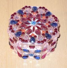 Eine edel verzierte achteckige Acryldose als Aufbewahrungsdose für kleine Kostbarkeiten, als Geschenkedose bzw. Geschenkverpackung für Geldgeschenke oder einfach nur zur Dekoration zum Anschauen