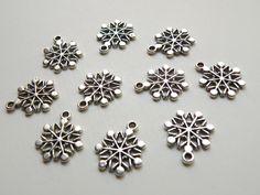 10 Christmas Snowflake charms antique silver metal 20x17mm Snowflake1 DB02060 - pinned by pin4etsy.com