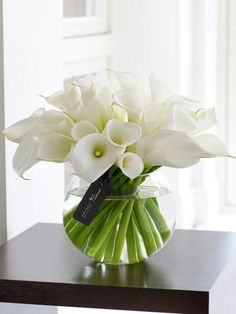 Good Free of Charge Calla Lily ikebana Style Calla lilies will be the superior bride's bouquet flower. The actual bulbs of the Africa rose are Arrangements Ikebana, Spring Flower Arrangements, Flower Vases, Spring Flowers, Floral Arrangements, White Flower Centerpieces, Calla Lillies Centerpieces, Wedding Centerpieces, White Flowers