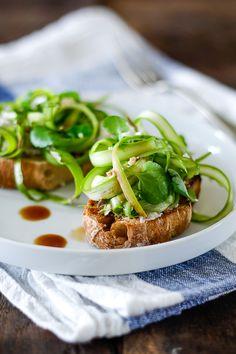 Brød med asparges, feta og balsamico
