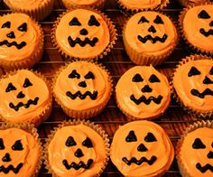 Jack-o'-lantern Halloween Cupcakes- Recipe and how to make these pumpkin spice cupcakes. Dimples cupcakes by Sweet Sara J. Halloween Desserts, Bolo Halloween, Halloween Torte, Pasteles Halloween, Halloween Cupcakes Easy, Soirée Halloween, Halloween Baking, Halloween Goodies, Halloween Food For Party
