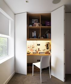 Un bureau gain de place A built-in desk wardrobe conveniently utilises wasted space in the wardrobe, whilst opening up the bedroom and creating a seamless flow - Door Closet Office, Office Nook, Home Office Space, Home Office Design, Desk In A Closet, Study Office, Desk Space, Bedroom Desk, Bedroom Wardrobe