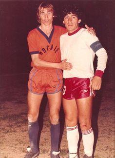 Diego.. Con Argentinos juniors. 1979. aqui acompañado por  Ricardo Enrique Phagouapé, marcador izq. del Deportivo Roca .