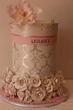 I absolutely adore this cake. Such simply  elegant color and decor