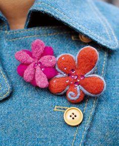 Broche à fleurs réalisées en laine cardée orange et rose