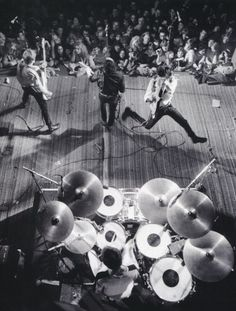 The Clash on stage at the Berkeley Community Center, CA on Feb 1979 Stage front left to right we have Paul Simonon, Joe Strummer and Mick Jones with Topper on the drums Photo by Roger Ressmeyer The Clash, Recital, Great Bands, Cool Bands, Trommler, Mick Jones, Mode Rock, Joe Strummer, Le Choc