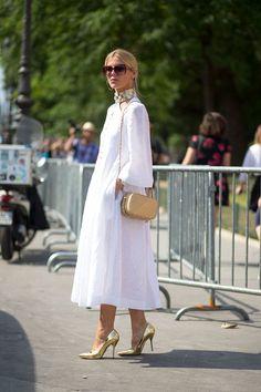 STREET STYLE DE PARÍS VESTIDOS LARGOS Hola Chicas: Les dejo una galería de fotografías del Street Style de París con vestidos que me gustaron, son diseños del 2015 pero creo que muy bien se pueden seguir usando este año.