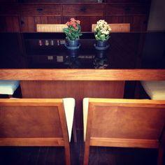 Mesa de jantar de 6 lugares com tampo de vidro preto + conjunto de 6 cadeiras (mara!) - R$2.500,00  Medidas:  mesa - 1,85m de largura por 94cm de profundidade por 79cm de altura  cadeira - 80cm de altura por 46cm de profundidade por 50cm de altura  *Transporte por conta do comprador