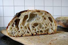 Det här är mitt bästa bröd just nu. Det är h åligt, segt och har mycket smak. Precis som jag vill ha det. Jag fick baka många gånger innan j...