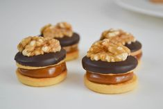 Discover recipes, home ideas, style inspiration and other ideas to try. Petit Four Icing, Pastry And Bakery, Little Cakes, Icing Recipe, Eclairs, Sans Gluten, Cake Pops, Love Food, Catering