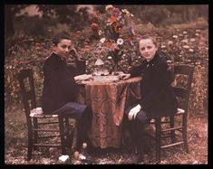 autochrome by the Lumiere brothers Art Nouveau, Belle Epoque, Old Pictures, Old Photos, Image Positive, Subtractive Color, Liberty, Colorized Photos, Auguste