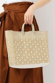TLACOLULA フラワーカゴBAG  TLACOLULA フラワーカゴBAG 8424 2016SS IENA TLACOLULAトラコルーラ メキシコ発のバッグブランド ビニール製のバッグはひとつひとつ丁寧に編みこまれており軽くて丈夫な作りが特徴 このようなバッグはメルカドバッグと言いメキシコや中南米で生活する人々にとっては欠かせないアイテム 買い物した野菜や果物日用品などをまるごと詰め込んでもへこたれない丈夫さはインテリアはもちろんエコバッグやアウトドアにもおすすめです こちらの商品はIENAでの取り扱いになります 直接店舗へお問い合わせの際はIENA店舗へお願い致します