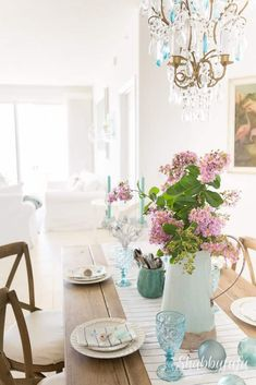 Entertaining for summer with a coastal theme with simple tips for creating a beach cottage tablescape.   #beach #coastal #elegant #home #decorating #entertaining #summerentertaining