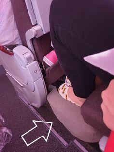 Una bendición para los pies, la postura, la circulación. Incluso para apoyar los pies del bebé si va encima de tí o para prolongar el asiento del bebé y que pueda dormir estirado. Una maravilla #reposapies #vuelos #viajarconbebes #vuelosdelardaduracion Stretches, Traveling
