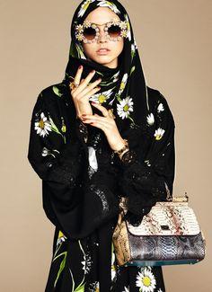 Bu aralar gözlemlediğim üç konu var: Modada cinsiyetsizleşme, makyaj trendlerindeki keskin doğal/AŞIRI yapıntı ayrımı ve Araplaşan dünya devleri. Habire bu konuları araştırdığım sırada Dolce & Gabbana style.com/arabia 'da ilk kez tanıttığı Arap koleksiyonu ile artık görmezden gelemeyeceğim bir hale getirdi olayı.