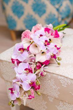 kukkainfo.fi -> vaaleanpunainen samppanja kalloista, perhoskämmekästä ja ruusuista