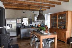 Fotogalerie: Významný stylotvorný prvek představuje strop z původních dřevěných trámů, který...