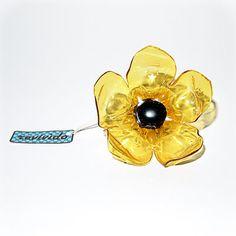 Anello a forma di fiore prodotto interamente a mano utilizzando il fondo di una bottiglia di plastica.
