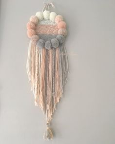 Attrape-rêves modèle unique, entièrement confectionné à la main, fait de pompons de laine et de laine.Il viendra donner une touche de douceur dans votre Joli cocon ou celui de votre enfant, grâ...
