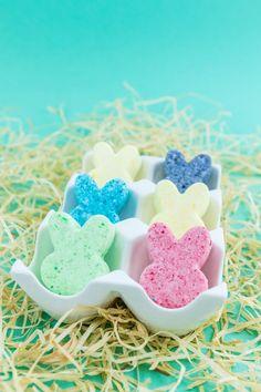 Diese Osterhasen Badebomben sind eine süße Geschenkidee für Ostern. Ich zeige dir wie du die Badebomben in Hasenform mit wenigen Haushaltsmitteln selber machen kannst und gleichzeitig ein ein hübsches Ostergeschenk herstellst.