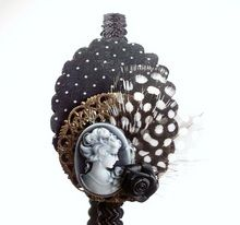 Diadema Bixut- Camafeo, plumas, flores de tela , lazos y piezas de metal. Jewelry, Fabric Flowers, Feathers, Head Bands, Hair Bows, Jewlery, Jewerly, Schmuck, Jewels