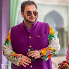 This bride wore a fuschia pink Sabyasachi lehenga for her mehendi and it's the best thing you'll see today! Sabyasachi Bride, Mehendi, Internet, Blog, Pink, How To Wear, Wedding, Fashion, Valentines Day Weddings