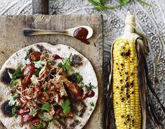 PULLED KYLLING MED TOMATSALSA OG MAJS Skøn wrap med pulled kylling, barbecue sauce og tomatsalsa. Den saftige, møre barbeque kylling passer perfekt til grillet majs, og danner et lækkert måltid!