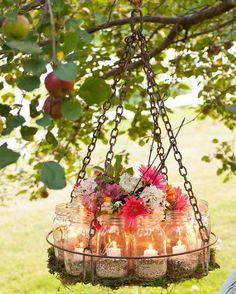 Como hacer un chandelier para boda en jardin original con una bandeja plana frascos velas musgo una maceta soga cadenas y semillas para pajaros