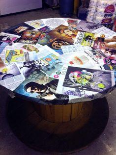 Table bobine DIY customisée avec des pages de magazines - http://lesbonsplansdelaeti.com/2013/09/12/lart-du-detournement-dobjets/
