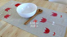 Jaro je tu....... Originální lněný běhoun s aplikací a ruční malbou , vel. 95X45 cm. Aplikace je moderní schválně nezačištěná. Krásně oživí Váš nazdobený jarní stůl.Hodí se do moderního interiéru i na chaloupku. Vhodné na konfereční stolek, komodu nebo na střed jídelního stolu jako napron. len je režný,slabší, barva béžová, ruční praní nebo na jemný ...