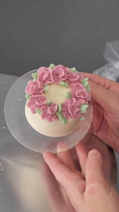 Flower Wreath Mini Cake. Follow us and join our school with the pin link. Bijou's Sweet Treats Cake Decorating School. Cake Decorating Frosting, Creative Cake Decorating, Cake Decorating Videos, Cake Decorating Techniques, Creative Cakes, Cookie Decorating, Pretty Cakes, Beautiful Cakes, Amazing Cakes