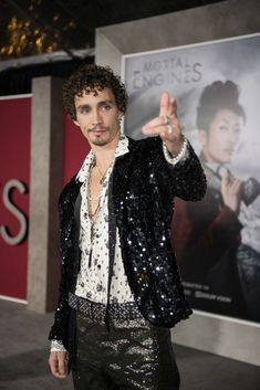 "Robert Sheehan Photos - Robert Sheehan arrives at the premiere Of Universal Pictures' ""Mortal Engines"" at Regency Village Theatre on December 2018 in Westwood, California. - Premiere Of Universal Pictures' 'Mortal Engines' - Red Carpet Robert Sheehan, Just Beautiful Men, Beautiful People, Pretty People, Mortal Engines, Under My Umbrella, K Idol, Universal Pictures, Bffs"