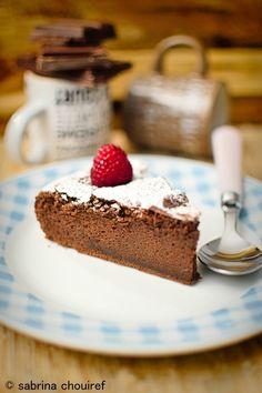 Il existe différente façon de faire un gâteau au chocolat, moelleux, fondant, coulant ... mes enfants raffolent du gâteau au chocolat sous différentes formes .... Ce que je préfère c'est le gâteau au chocolat bien craquelé sur le dessus avec une texture...