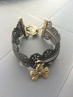 Bracelet zipper black and bronze metal pendant with bronze star-shaped. Rose shaped toggle clasp The bracelet is available in white on the shop but it can also be made in a different color. The pendant is either Star or the key and bow Must specify when ordering