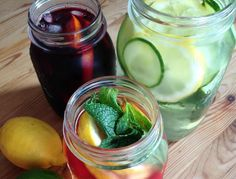 detox water is nothing more than tap water mixed with fresh fruits and herbs. Which is precisely why it is so healthy! Here's an introduction to our three favourite creations, from fruity to tangy. Spa Water, Eating Raw, Summer Drinks, Fruits And Vegetables, Fresh Fruit, Cucumber, Berries, Lime, Herbs