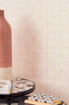 Questo favoloso motivo Art Nouveau in colori tenui come il bianco crema, beige e rosa pallido si basa sulla bellezza dell'iride. La delicata disposizione degli elementi floreali è ideale per il tipo di variazione romantica tipica del ricercato look scandinavo. Wallpaper Art Deco, Wallpaper Samples, Pattern Wallpaper, Motifs Art Nouveau, Art Nouveau Pattern, Iris, Classic Wallpaper, Art Deco Stil, Basic Colors