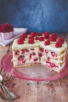 Tort z kremem z białej czekolady i malinami