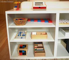 Das Montessori-inspirierte Mathematik-Regal der Minis - MontiMinis Minis, Bookcase, Shelves, Home Decor, Blog, Montessori Baby Rooms, Kids Learning, Mathematics, Sorting