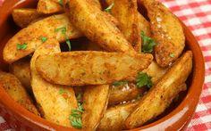 Sevdiğiniz baharatları ekleyip çok az zeytinyağı ile birlikte fırında kızarmış patates tarifine imza atmak ve bu tarifin keyfini çıkarmak mümkün.
