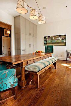 Já pensaram em substituir cadeiras por bancos na mesa de jantar? Mais associado a áreas externas como varandas e churrasqueiras, os bancos também podem ficar estilosos dentro de casa.